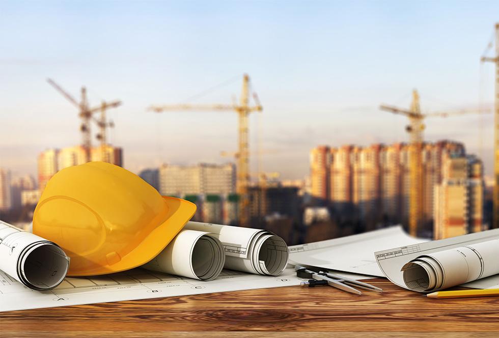 Bouwhelm en bouwtekeningen van stalen constructies op een panorama van een bouwplaats
