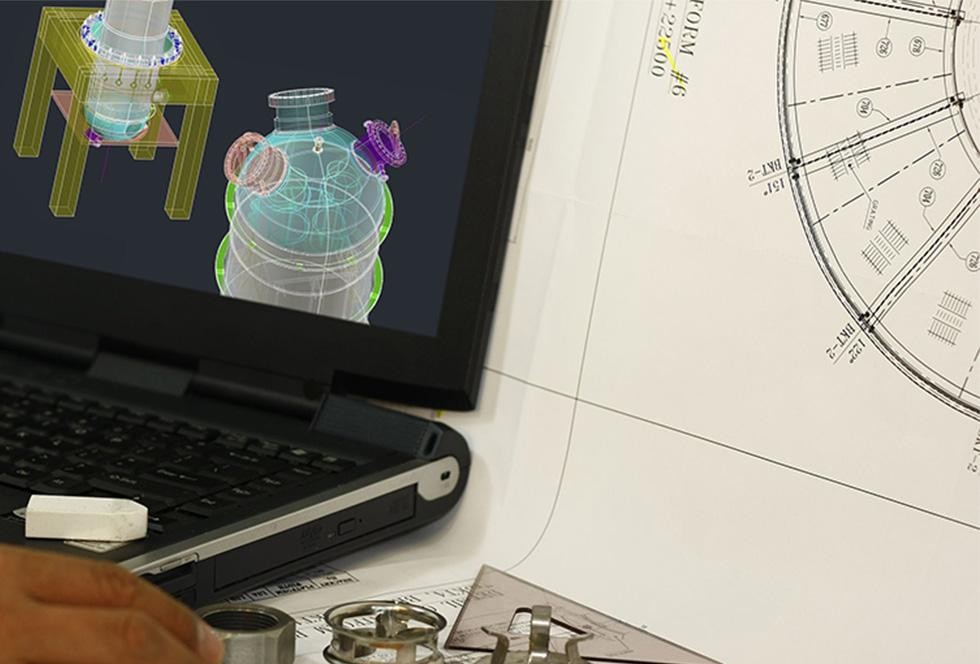 Engineer ontwerpt een drukvat met stalen frame voor de industrie
