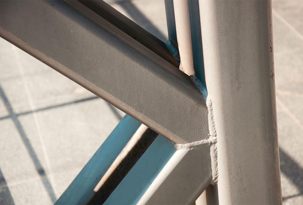 Close-up van de opbouw van een gelast stalen gepoedercoat frame