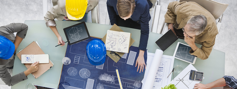 Architecten en aannemers bespreken een staalconstructie