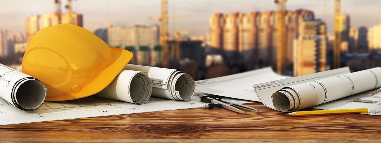 Bouwhelm op bouwtekeningen van stalen constructies op een panorama van een bouwplaats