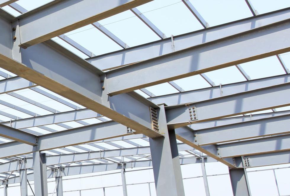 Stalen constructie bedrijfhal met stalen trap en bordes