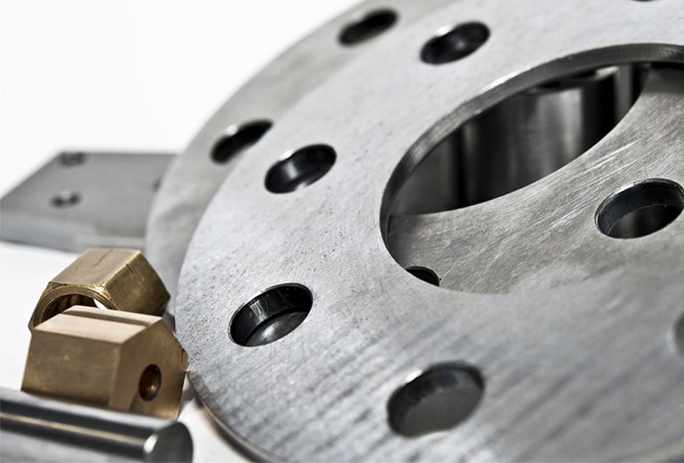 Onderdelen voor machines en industrie gefabriceerd doormiddel van zagen, boren, laseren, zetten, draaien en lassen