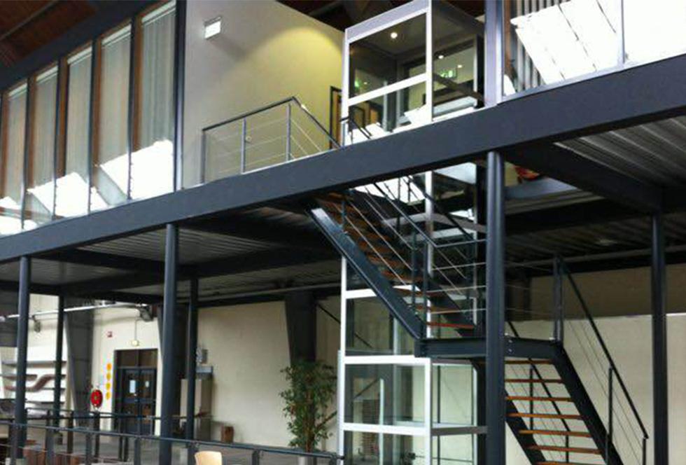 Verhoogde kamer op stalen constructie met trap en lift