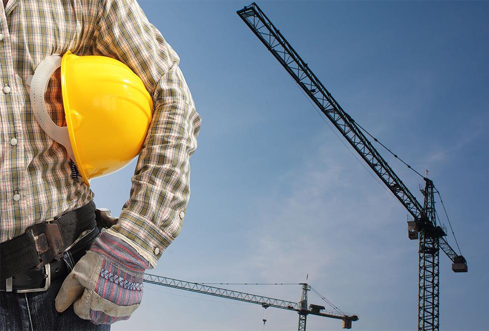 Mobiele kraan is te dragen concreet balk montage enorme constructie.