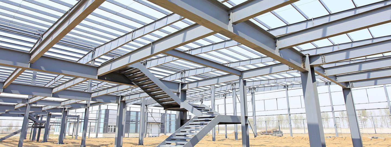Bouwplaats stalen constructie bedrijfhal met stalen trap en bordes