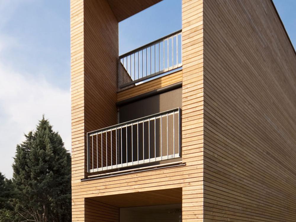 Balustrade op balkon en dakterras van modern houten huis