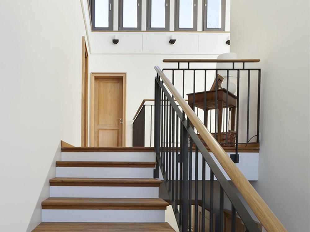 Klassieke zwart stalen balustrade met houten handrail