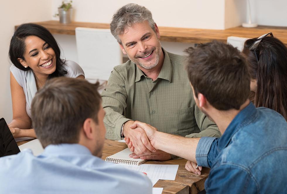 Familie of groep zakenmensen geven akkoord voor hun verbouw en nieuwbouwproject